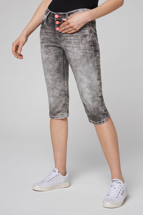 Capri Jeans LY:IA mit Kontrastknöpfen
