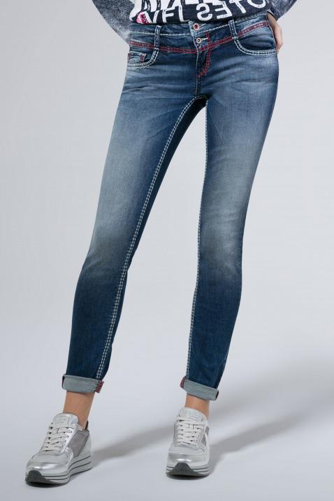 Jeans KA:RA mit Used-Waschung und farbigen Nähten