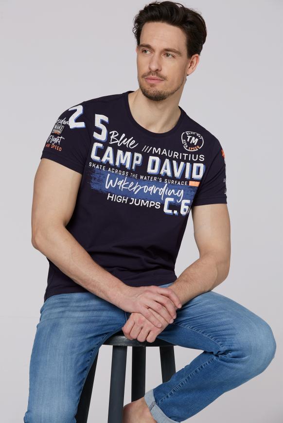 T-Shirt mit vielen Label-Applikationen thunder blue