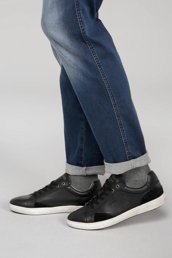 Turnschuh aus Leder mit Perforierung black