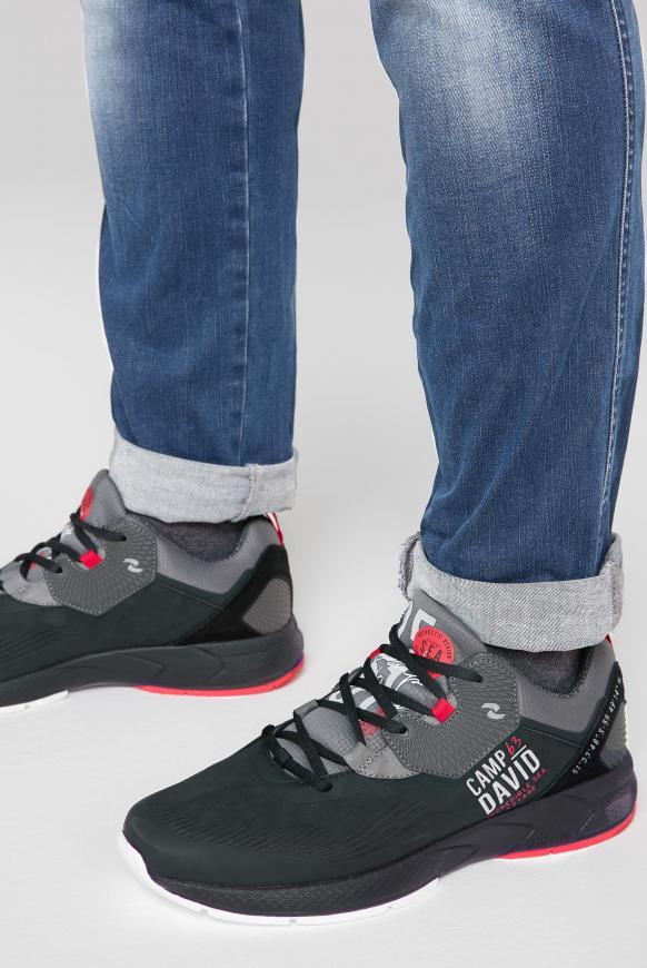 Moderner Sneaker im Materialmix black