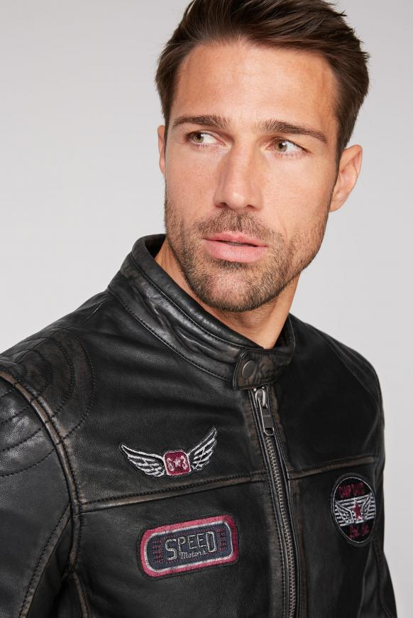 Bikerjacke aus Leder mit Badges