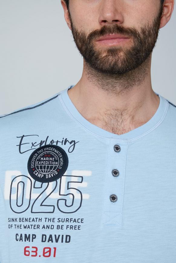 Henley-Shirt mit Label-Applikationen