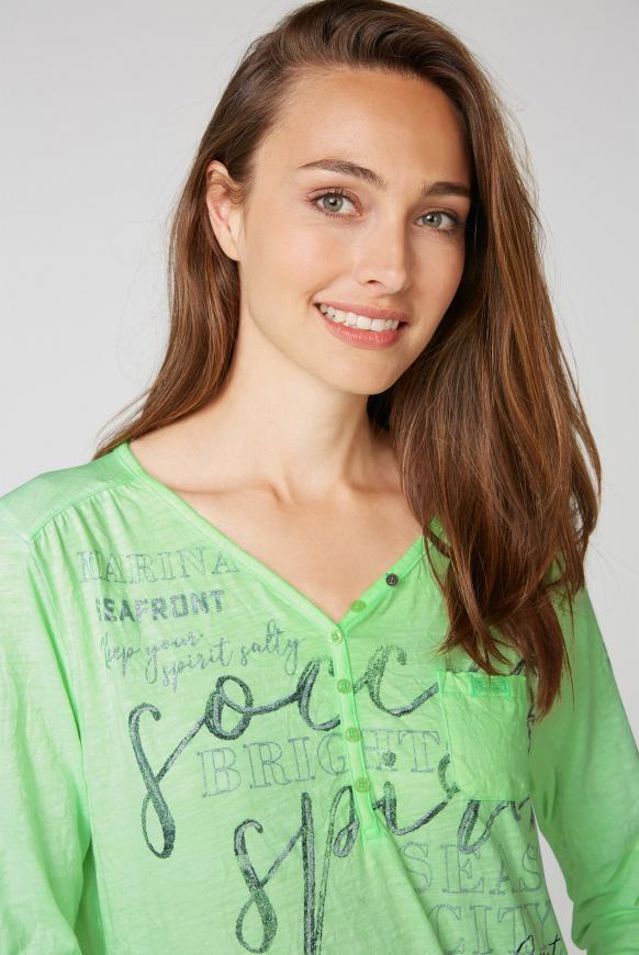Serafino-Shirt mit Crinkle-Optik und Prints