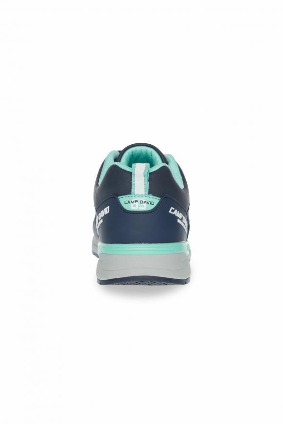 Sneaker im sportiven Materialmix