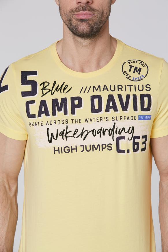 T-Shirt mit vielen Label-Applikationen