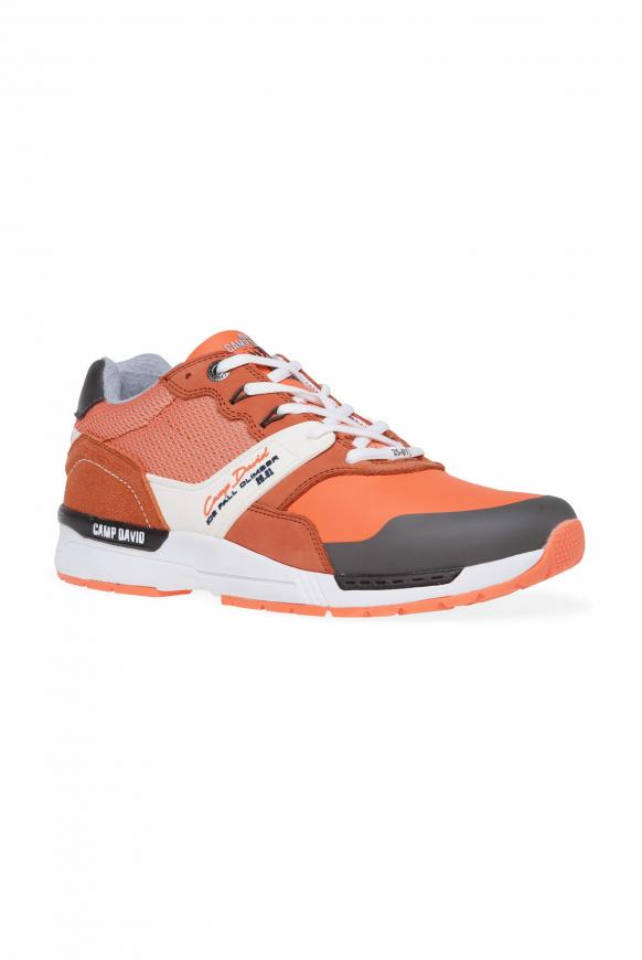 Sneaker im Materialmix mit Logo-Design