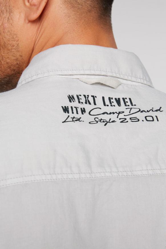 Hemd mit Webstreifen und Label-Applikationen