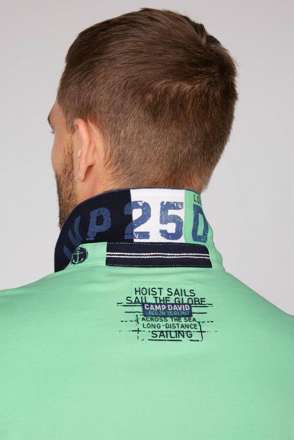 Polo mit maritimen Label-Applikationen