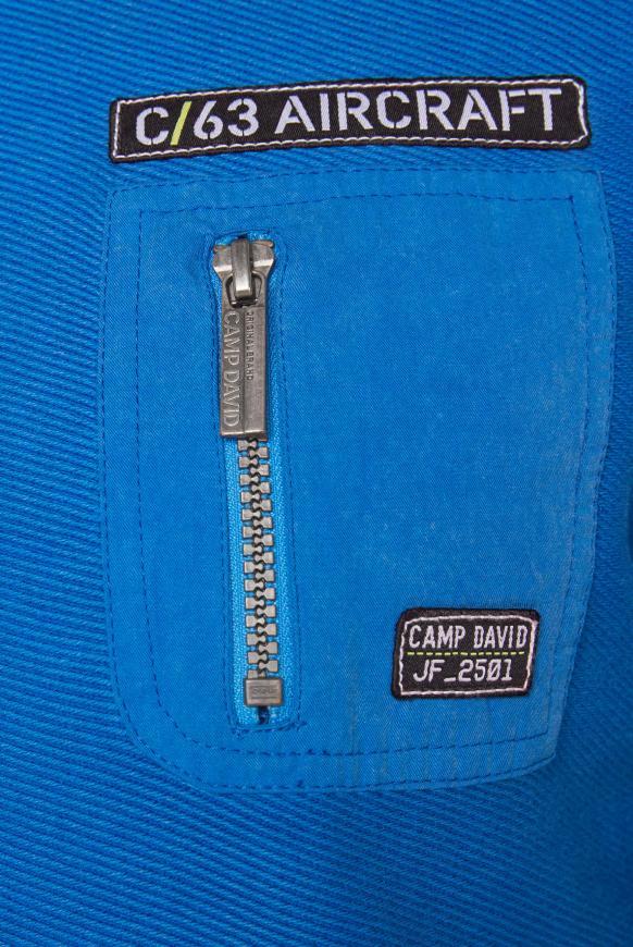 Pullover mit Strickmustern und Tasche