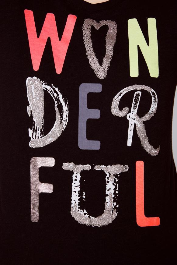 T-Shirt mit buntem Schriftzug