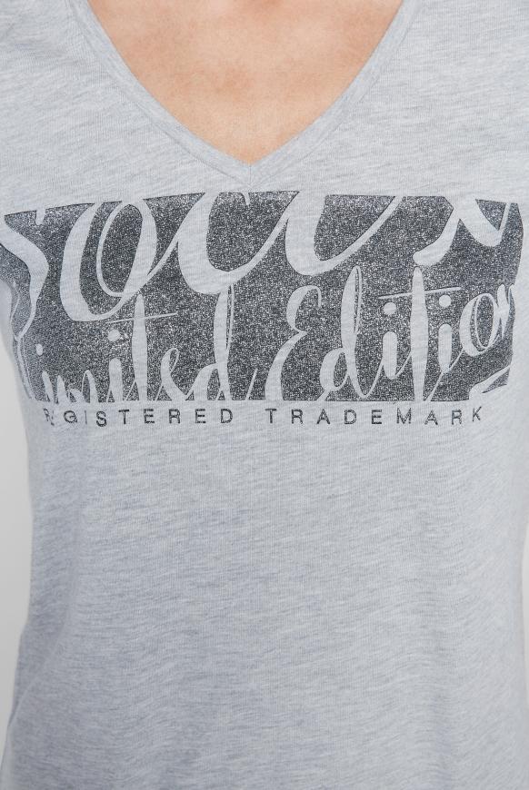 T-Shirt mit V-Ausschnitt und Glitter Print