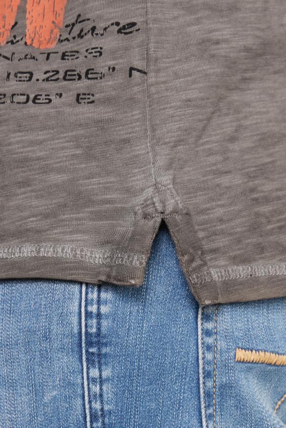 Henley-Shirt mit großem Label Print