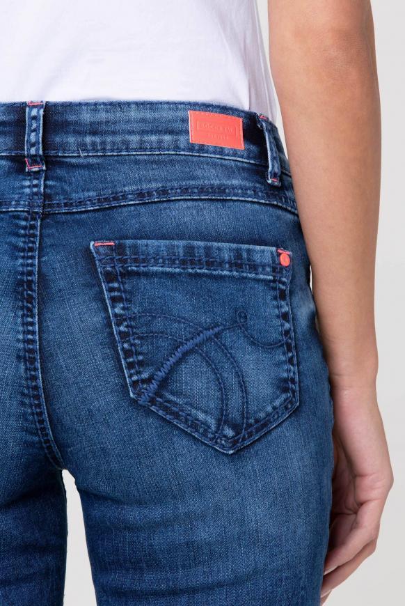 Jeans RO:MY mit Used-Optik und Kontrastknopf