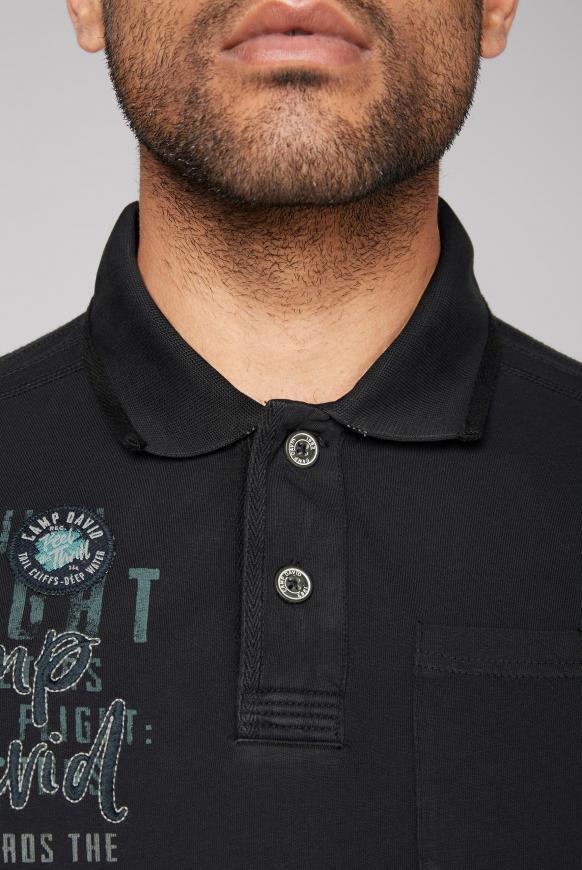 Poloshirt mit Tapes, Tasche und Artworks