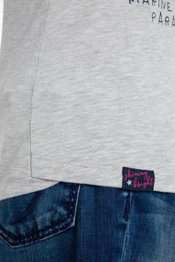 Shirt mit V-Ausschnitt und Logo Artwork