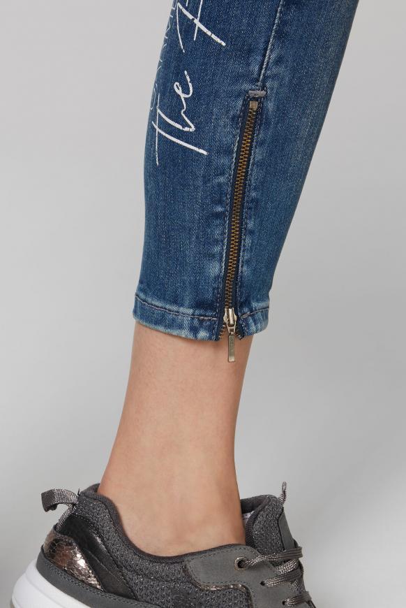 Slim Fit Jeans MI:RA mit Label Prints hinten