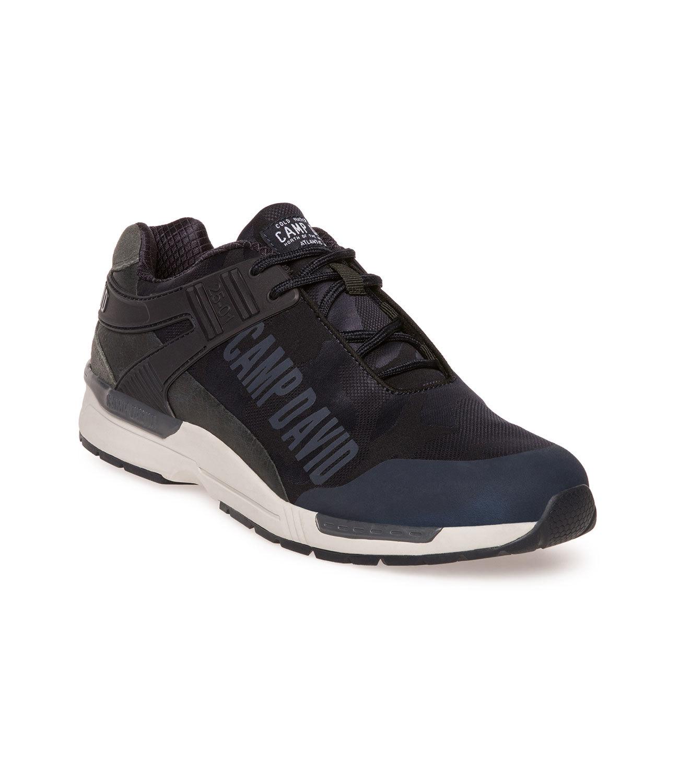 Sneaker im modernen Mustermix