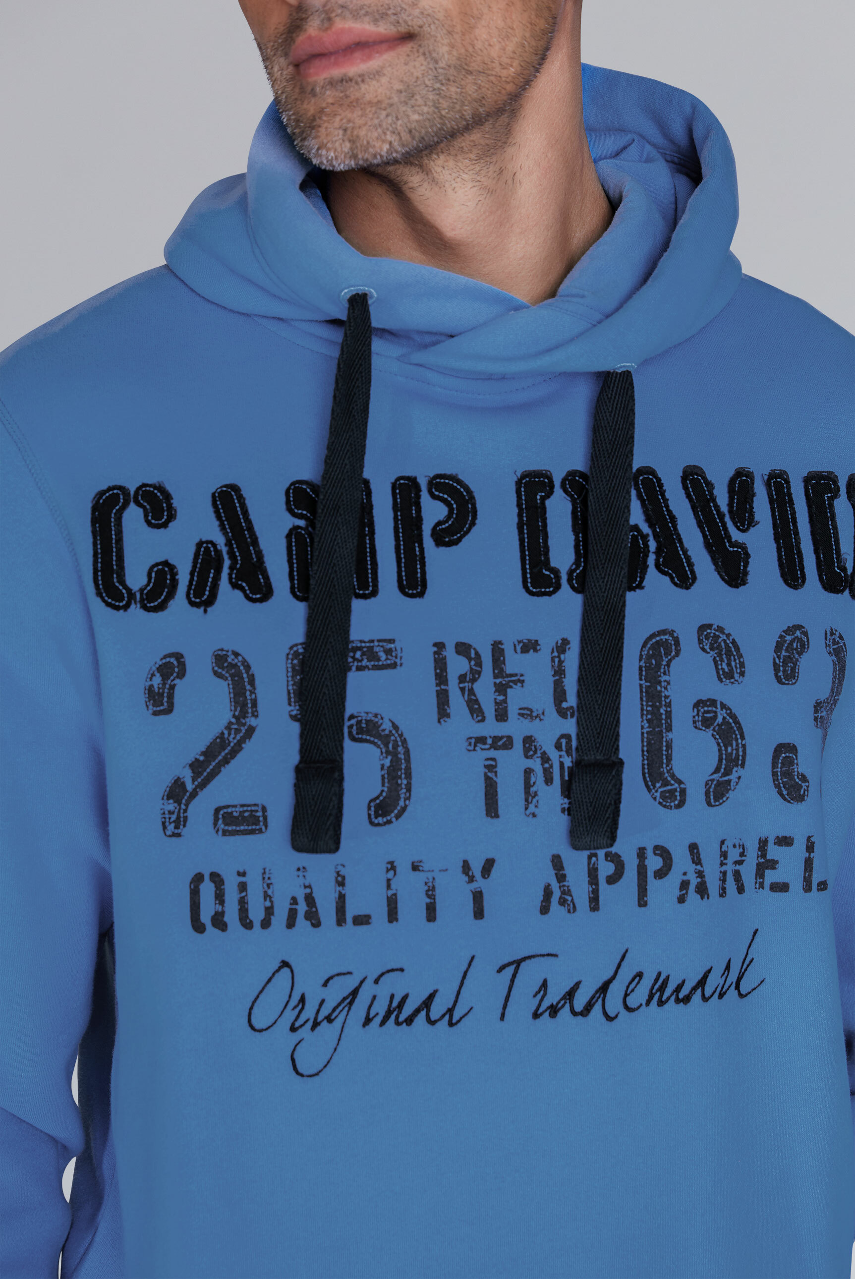 Hoodie mit plakativen Label-Applikationen