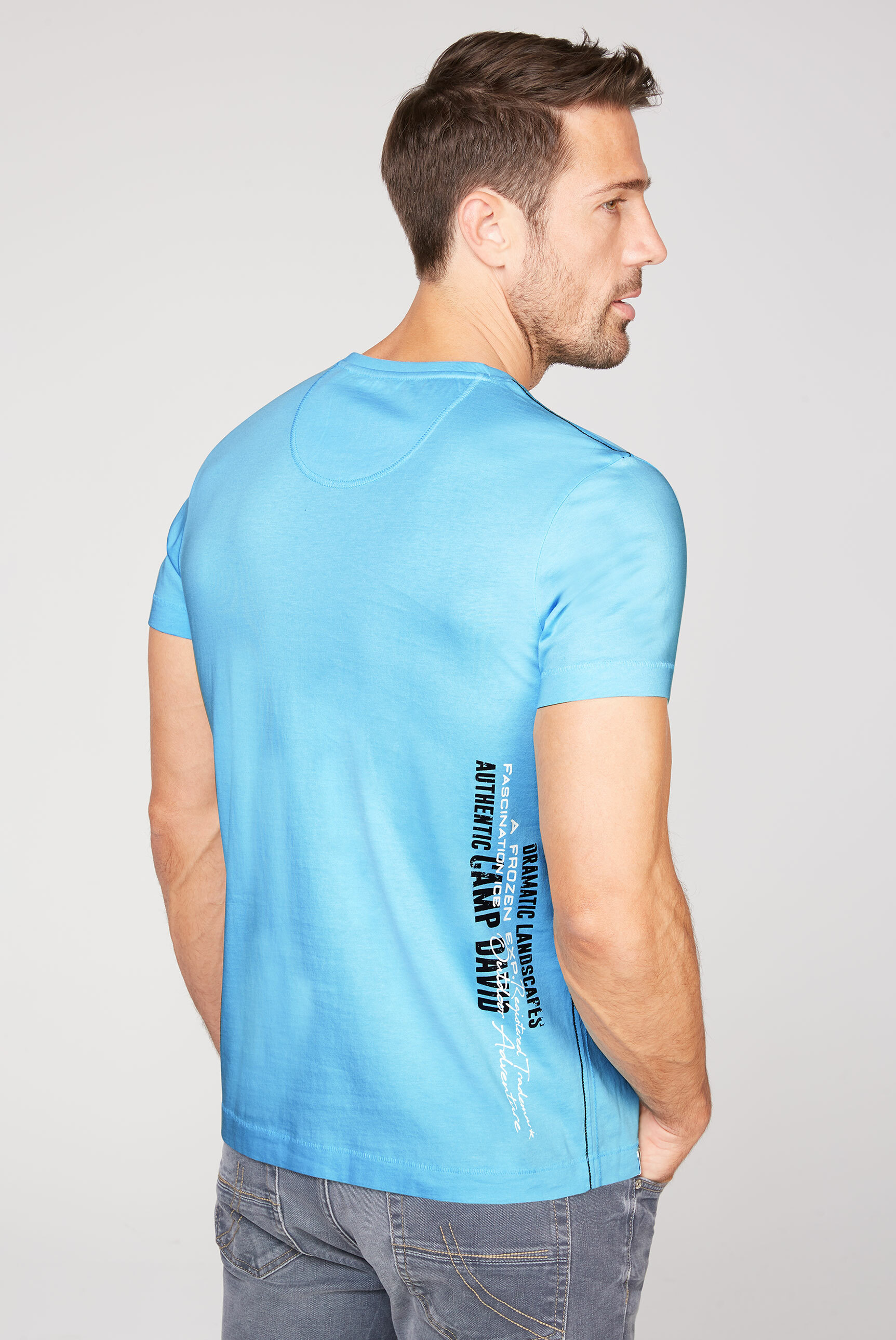 Rundhalsshirt mit Label-Applikationen