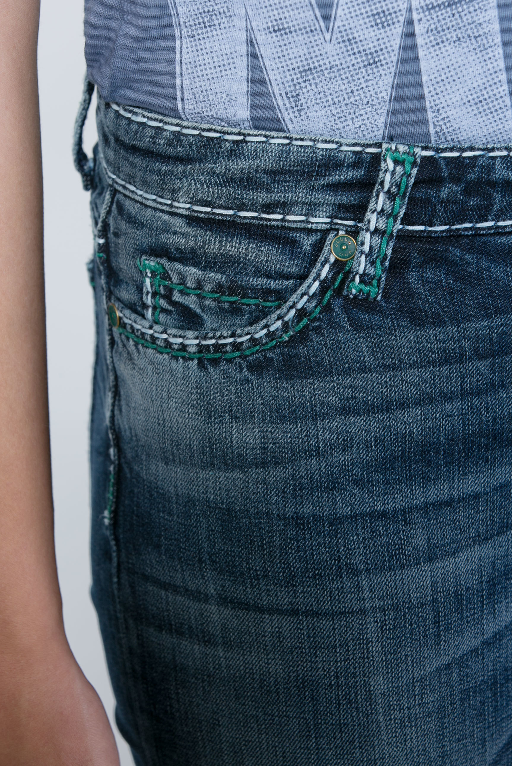 Jeans HE:DI mit dunkler Vintage-Waschung