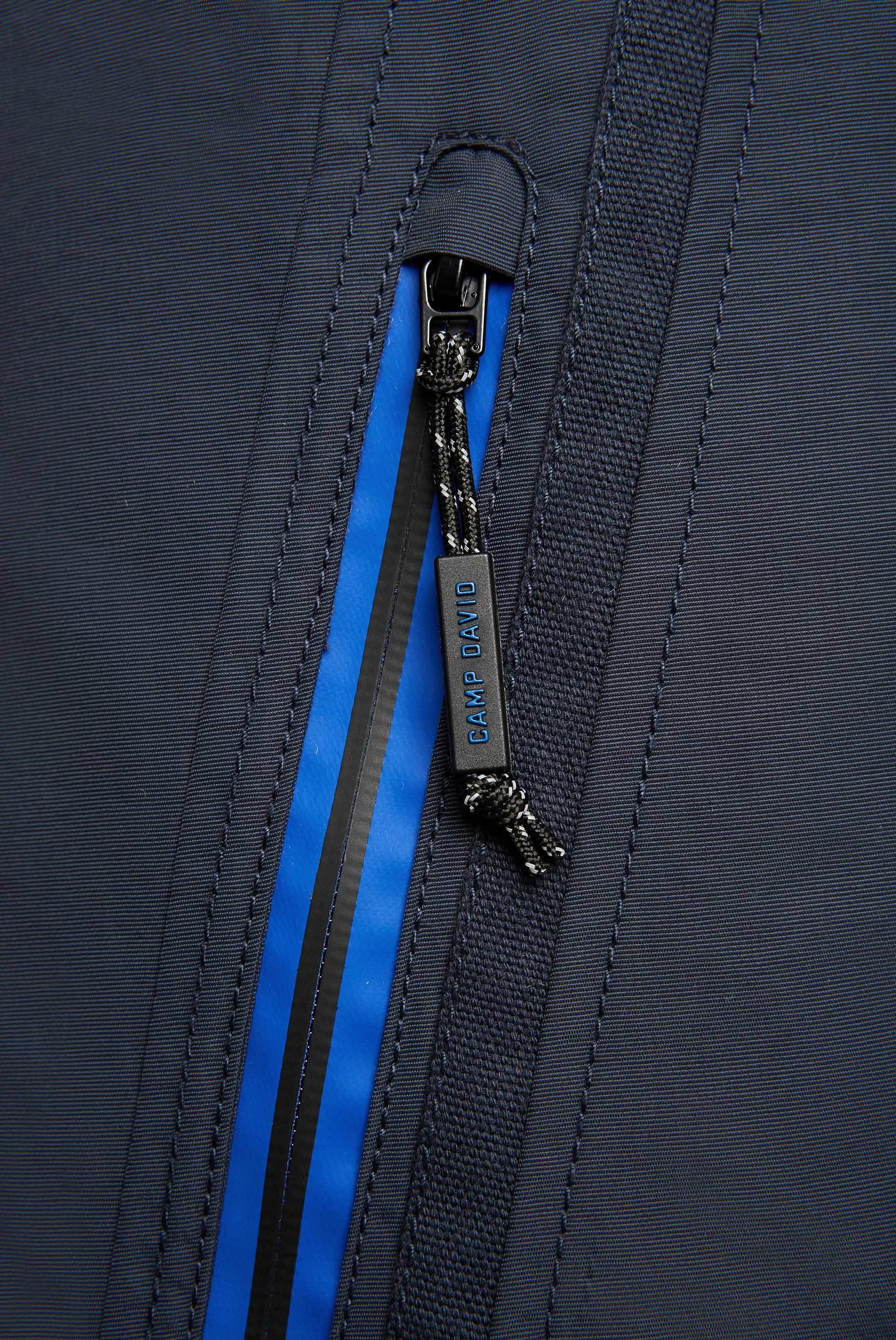 Jacke mit Kapuze und Label-Applikationen