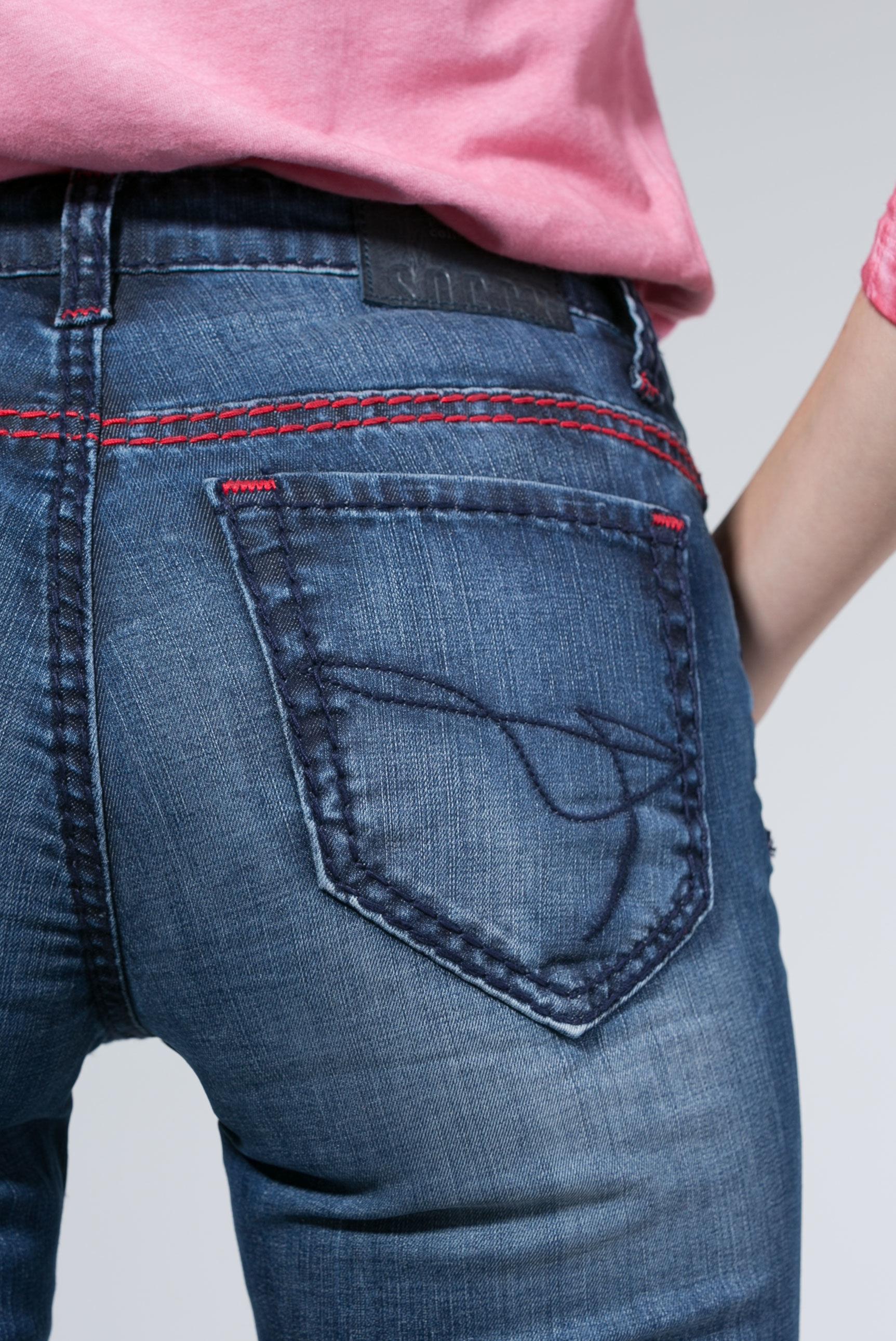 Jeans HE:DI mit farbigen Steppnähten und Used-Optik