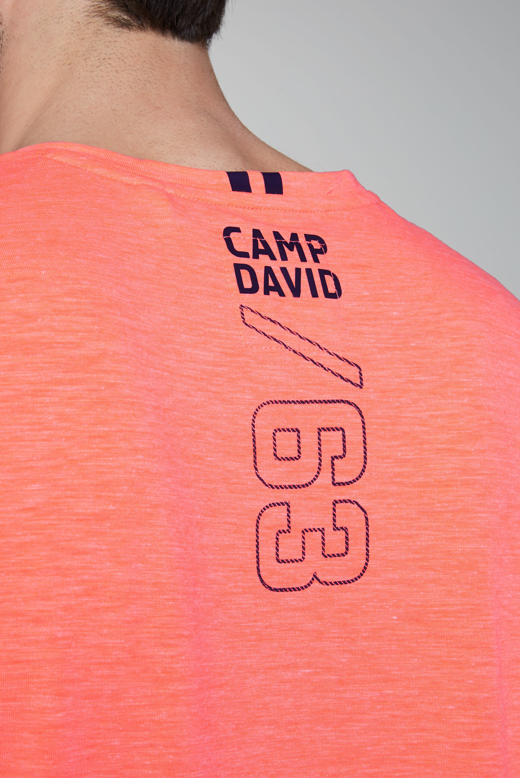 T-Shirt aus Flammgarn mit V-Neck und Print